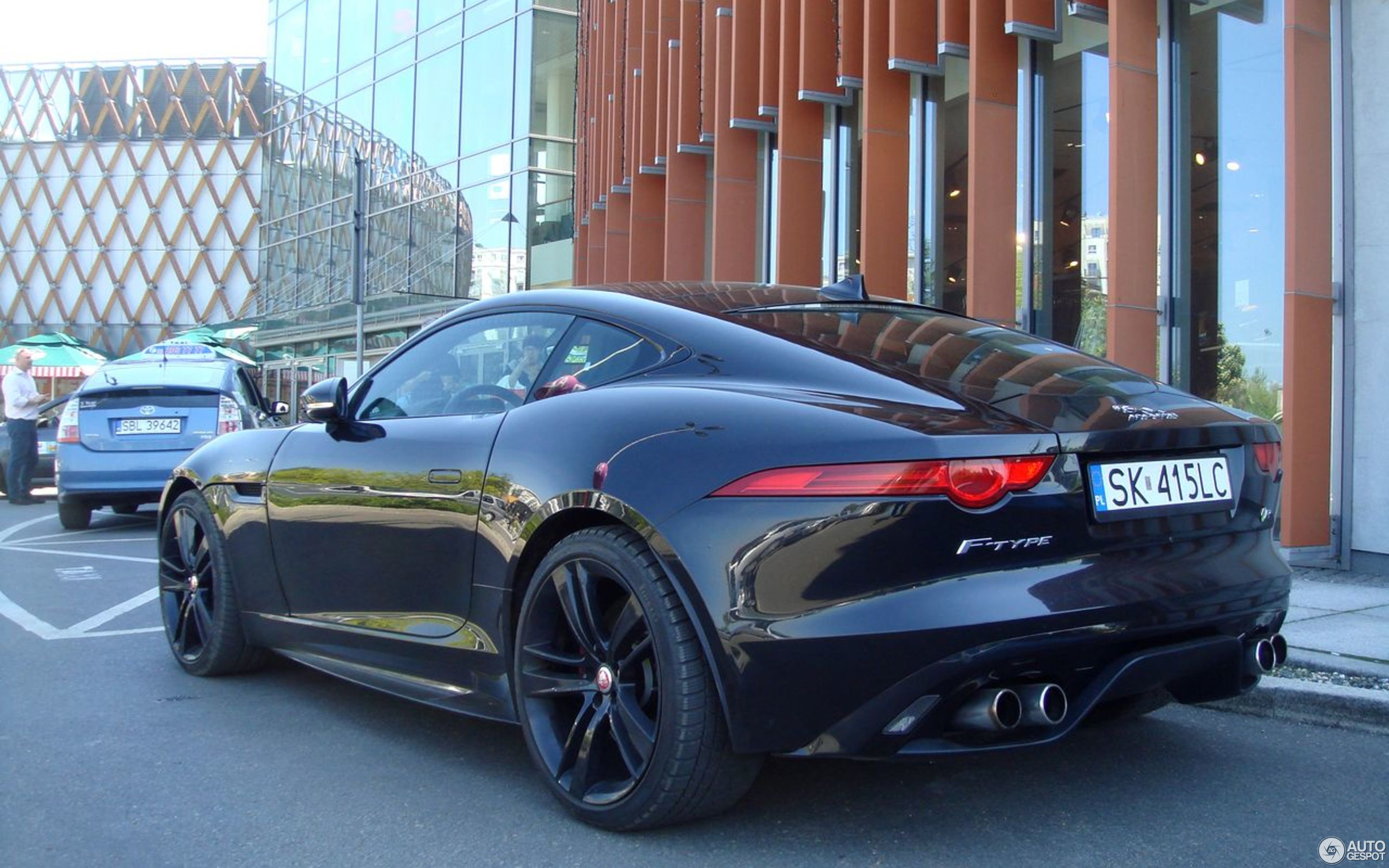 Elegant Jaguar F TYPE R Coupé