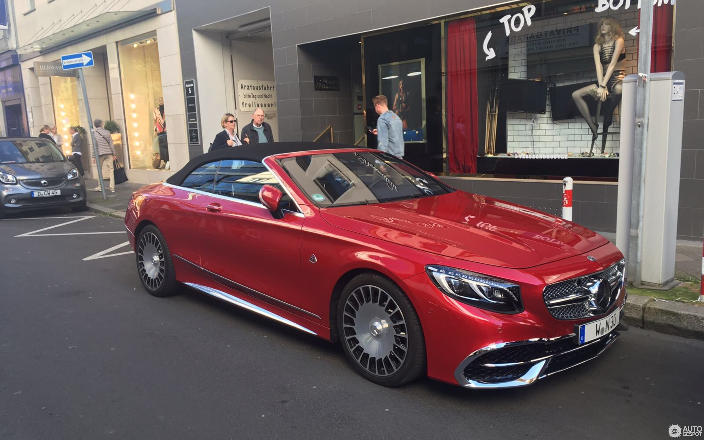 https://ag-spots-2017.o.auroraobjects.eu/2017/10/14/other/2880-1800-crop-mercedes-maybach-s650-cabriolet-c203614102017160951_1.jpg